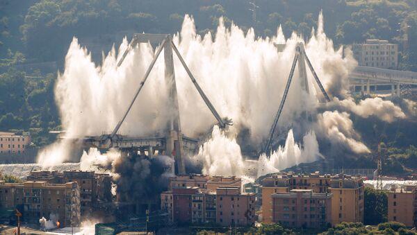 İtalya'nın Cenova şehrindeki dev Morandi Köprüsünün kalıntıları kontrollü bir şekilde yıkıldı. - Sputnik Türkiye