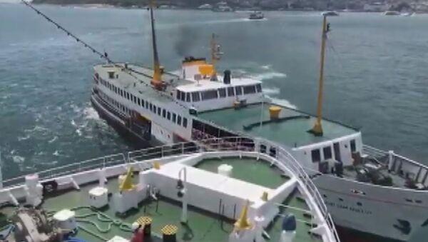 Boğaz'da bir gemi Şehir Hatları vapuruna çarptı - Sputnik Türkiye