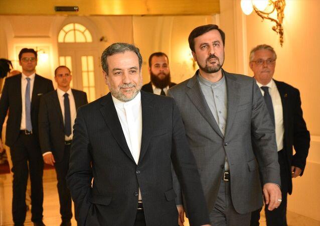 Avusturya'nın başkenti Viyana'da E3/EU+2 (Fransa, Almanya, İngiltere, Rusya, Çin ve Avrupa Birliği) ve İran'dan oluşan Kapsamlı Ortak Eylem Planı (KOEP) ortak komisyonu, Avrupa Birliği Dış İlişkiler Servisi (EEAS) Genel Sekreteri Helga Schmid başkanlığında, siyasi direktörler düzeyinde bir araya geldi. İran adına görüşmeye İran Dışişleri Bakan Yardımcısı Abbas Arakçi (solda) katıldı.