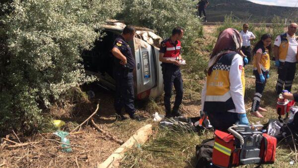Kayseri'nin Pınarbaşı ilçesinde, kızları Heval Eser'in (23) mezuniyet töreninden dönen ailenin bulunduğu otomobil, sürücünün kontrolünden çıkarak karşı şeride geçip, tarlaya uçtu. Kazada 4 kişi hayatını kaybetti, 1 kişi de ağır yaralandı. - Sputnik Türkiye