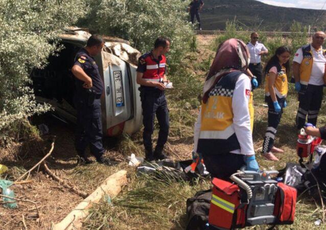Kayseri'nin Pınarbaşı ilçesinde, kızları Heval Eser'in (23) mezuniyet töreninden dönen ailenin bulunduğu otomobil, sürücünün kontrolünden çıkarak karşı şeride geçip, tarlaya uçtu. Kazada 4 kişi hayatını kaybetti, 1 kişi de ağır yaralandı.