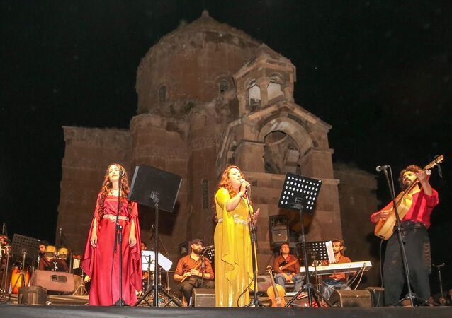 Akdamar Adası'nda çok dilli konser