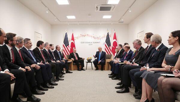 Görüşme öncesinde Türkiye ile ticari ilişkilerden bahseden ve Görüşmemizi anlamlı buluyorum diyen Trump, Türk heyetini de Bakın, şu insanlara bakın. Onlarla anlaşmak çok kolay. Hiçbir Hollywood setinde bu kadar güzel insanı bir arada bulamazsınız sözleriyle övdü. - Sputnik Türkiye