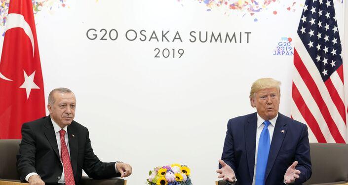 """Türkiye'nin NATO üyesi olduğunu hatırlatan Trump, """"Türkiye ABD'nin dostu ve beraber harika işler yaptık ve büyük ticaret ortağımız. Bunu daha da büyüteceğiz. İkili ticaret hacmi 75 milyar dolar çok az. 100 milyar doların çok üzerinde olması gerekir"""" diye konuştu."""