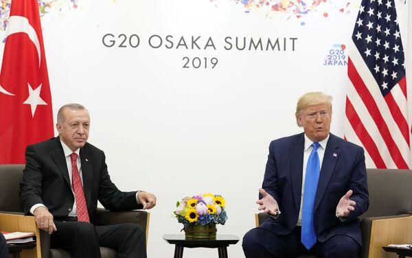 """Türkiye'nin NATO üyesi olduğunu hatırlatan Trump, """"Türkiye ABD'nin dostu ve beraber harika işler yaptık ve büyük ticaret ortağımız. Bunu daha da büyüteceğiz. İkili ticaret hacmi 75 milyar dolar çok az. 100 milyar doların çok üzerinde olması gerekir"""" diye konuştu. - Sputnik Türkiye"""