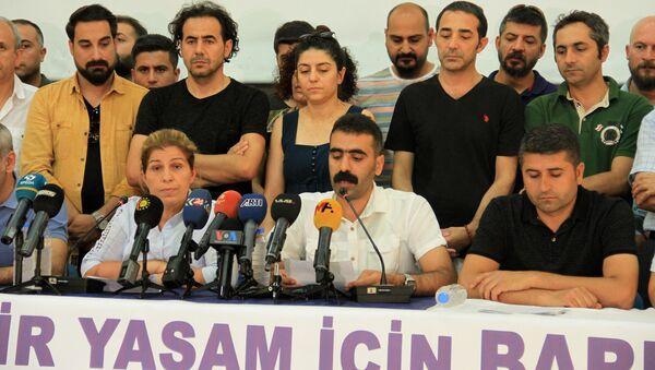 'Bölge Emek ve Demokrasi Platformu', Diyarbakır'da yayımladığı ortak deklarasyonda barış ve demokratikleşme çağrısı yaptı. Ortak deklarasyonSümerpark'ta Türkçe ve Kürtçe açıklandı. Türkçe açıklamayı, Bölge Emek ve Demokrasi Platformu Dönem Sözcüsü Doğan Hatun yaptı. - Sputnik Türkiye