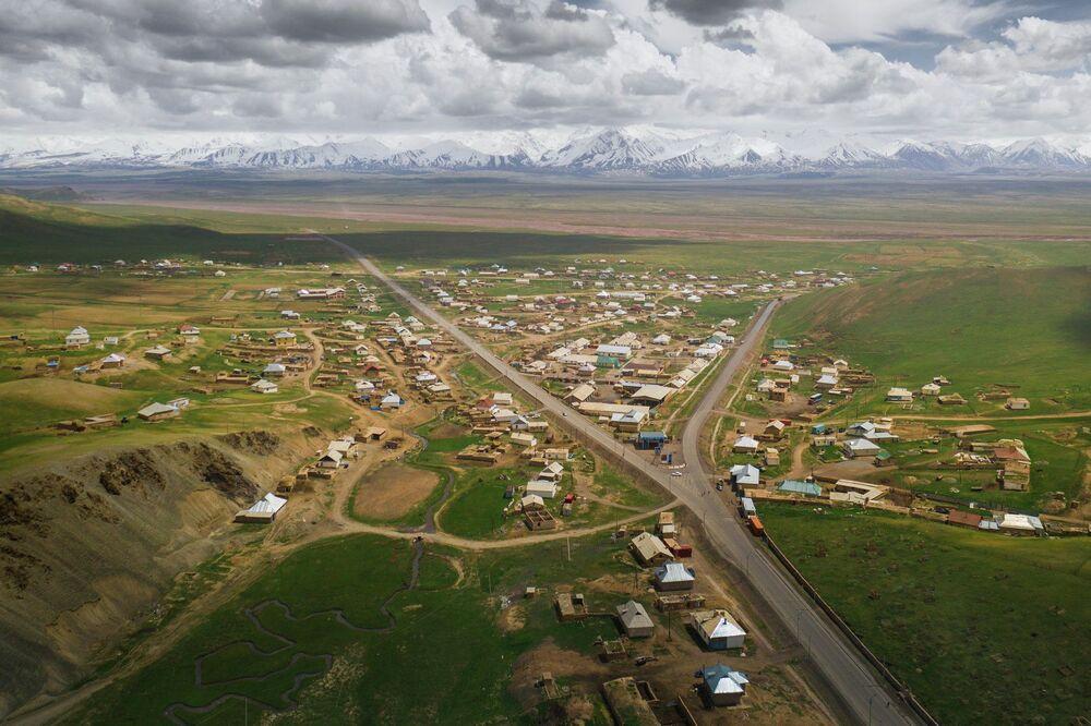 Kırgızistan'daki Sarı Taş köyünün kuş bakışı manzarası.