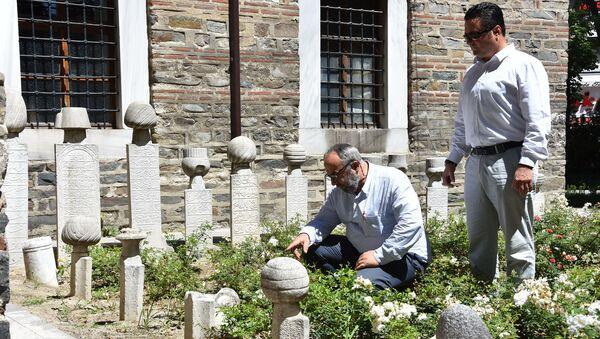 600 yıllık külliyedeki mezar taşlarını kırmışlar - Sputnik Türkiye