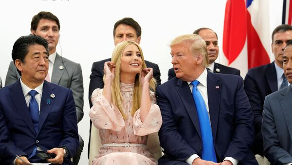 G20 zirvesindeki kadının güçlendirilmesi oturumunda Japonya Başbakanı Şinzo Abe, Beyaz Saray üst düzey danışmanı Ivanka Trump ve ABD Başkanı Donald Trump - Sputnik Türkiye