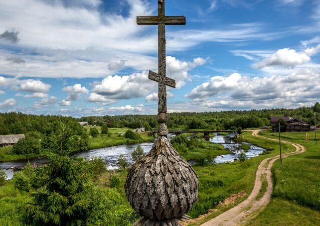 Rusya'ya bağlı  Karelya Cumhuriyeti'nde bulunan 18. yüzyıldan kalma İlyinskaya Kilisesi'nden görünen kuş bakışı manzara