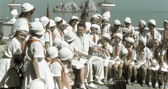 Nazım Hikmet'in SSCB'nin en gözde izci kampı Artek'te tatilde olan çocuklarla buluşması.