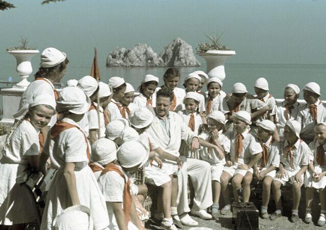 Nazım Hikmet'in Artek'te tatilde olan çocuklarla buluşması.