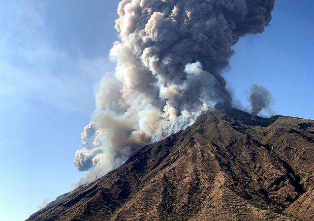 İtalya'da yanardağ aktif hale geçti