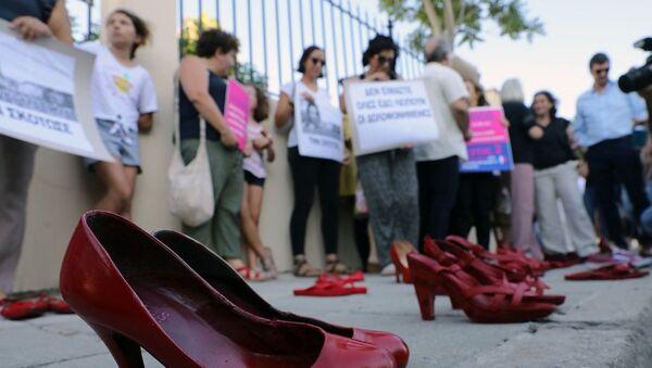 Kıbrıs'ta kadın cinayetlerine 'kırmızı ayakkabılı' protesto - Sputnik Türkiye