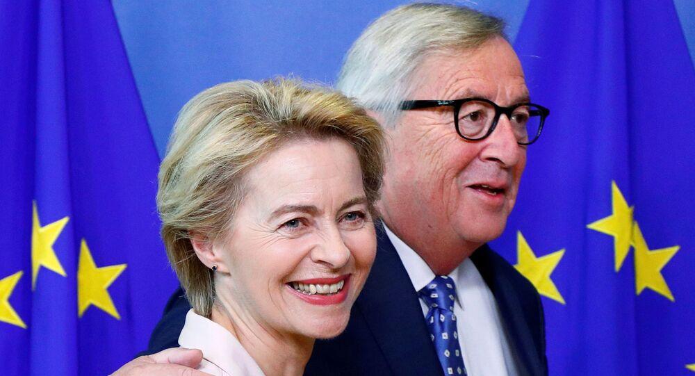 German Defense Minister Ursula von der Leyen, who has been nominated as European Commission President, poses with EU Commission President Jean-Claude Juncker at the EU Commission headquarters in Brussels, Belgium, July 4, 2019. REUTERS/Francois Lenoir