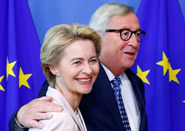 German Defense Minister Ursula von der Leyen, who has been nominated as European Commission President, poses with EU Commission President Jean-Claude Juncker at the EU Commission headquarters in Brussels, Belgium, July 4, 2019. REUTERS/Francois Lenoir