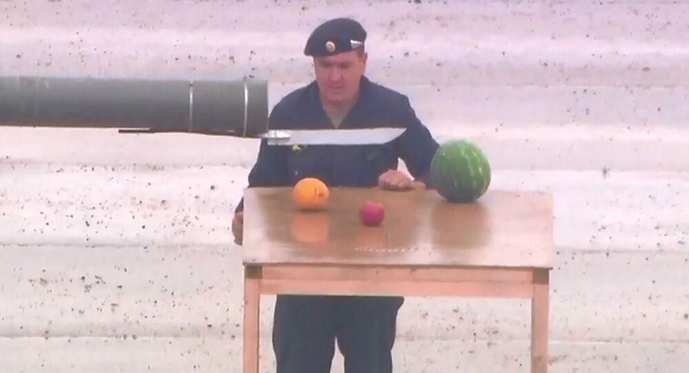 T-80 tankı ile meyve kesip yıldız çizdiler