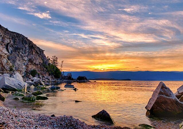 Baykal Gölü'ndeki Olhon Adası'nın gün batımı manzarası.