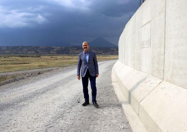 İçişleri Bakanı Süleyman Soylu, beraberinde Jandarma Genel Komutanı Orgeneral Arif Çetin, Ağrı Valisi Süleyman Elban, Erzurum Jandarma Bölge komutanı Ahmet Hacıoğlu, Ağrı Belediye Başkanı Savcı Sayan ile Ağrı'nın Doğubayazıt ilçesindeki 13. Hudut Bölük Komutanlığını ziyaret etti. Karakolun sorumluluk alanındaki Türkiye Tepesi'ne geçen Soylu, burada çalışmaları süren sınır güvenlik duvarı hakkında yetkililerden bilgi aldı.
