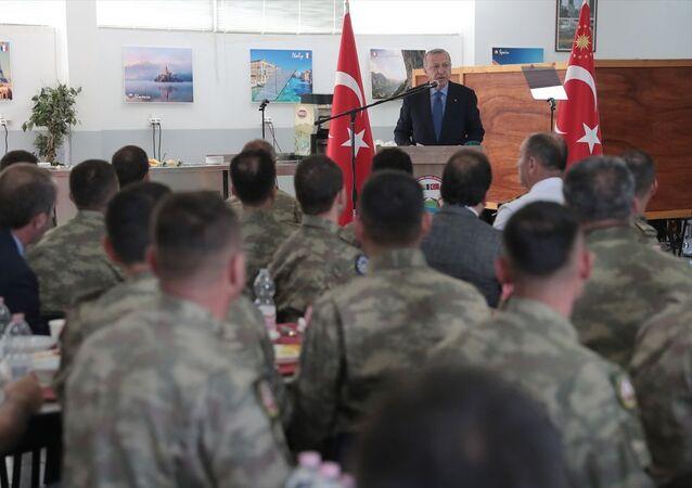 CumhurbaşkanıRecep Tayyip Erdoğan, Butmir Askeri Üssü'nde bulunan Avrupa Birliği (AB) Barış Gücü bünyesinde, Bosna Hersek Türk Temsil Heyet Başkanlığı Milli Destek Birlik Komutanlığına ziyarette bulundu.