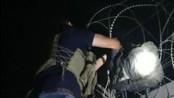 Suriye'den, Türkiye'ye atılan 15 kilo patlayıcı sınır tellerine takıldı - Sputnik Türkiye