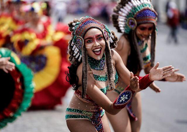 Paris'te karnaval yapma fikrini Fransa'da yaşayan Karayıp asıllılar ortaya attı.