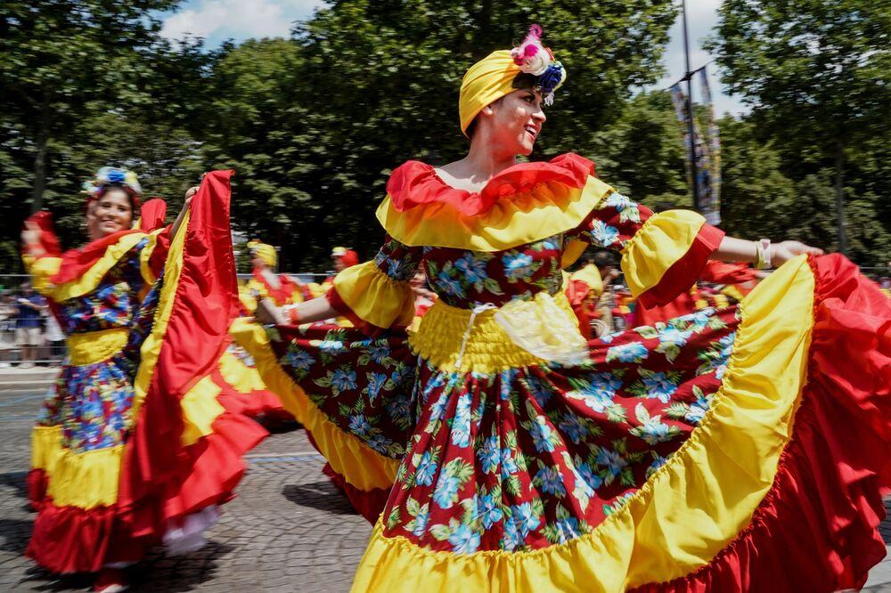 Karnaval katılımcıları arasında dünyanın dört bir yanından gelen insanlar yer alıyor.
