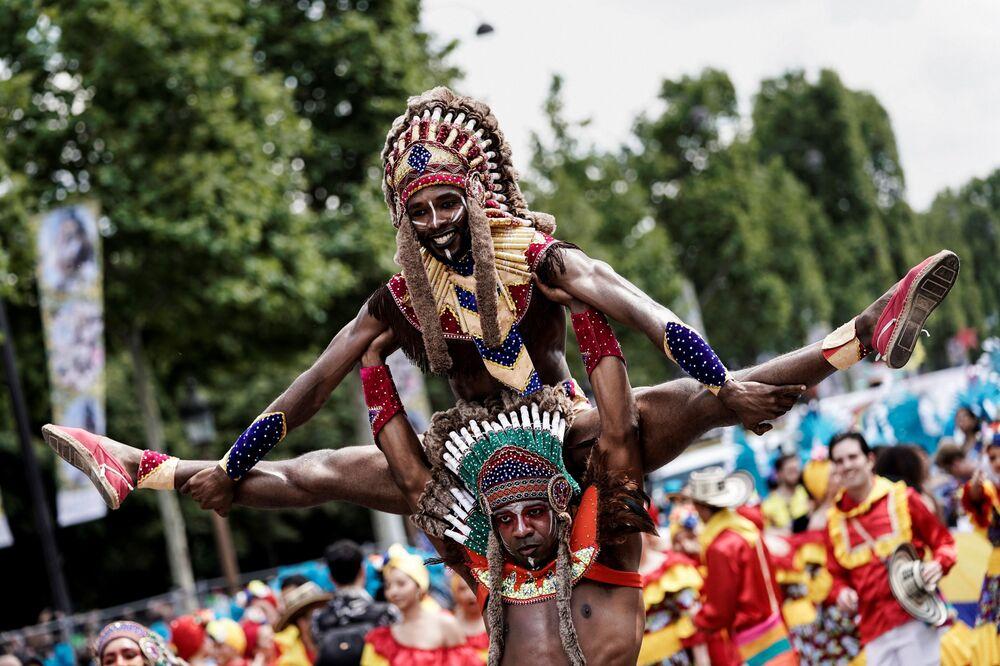 Fransa'nın başkenti Paris'te düzenlenen  yıllık yaz tropikal karnavalının katılımcıları.