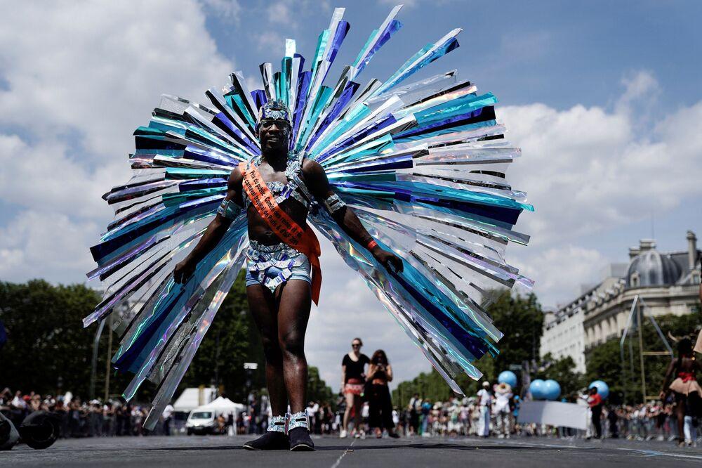 Paris'te düzenlenen karnaval, dünyanın dört bir yanından turistlerin yoğun ilgisini çekiyor.
