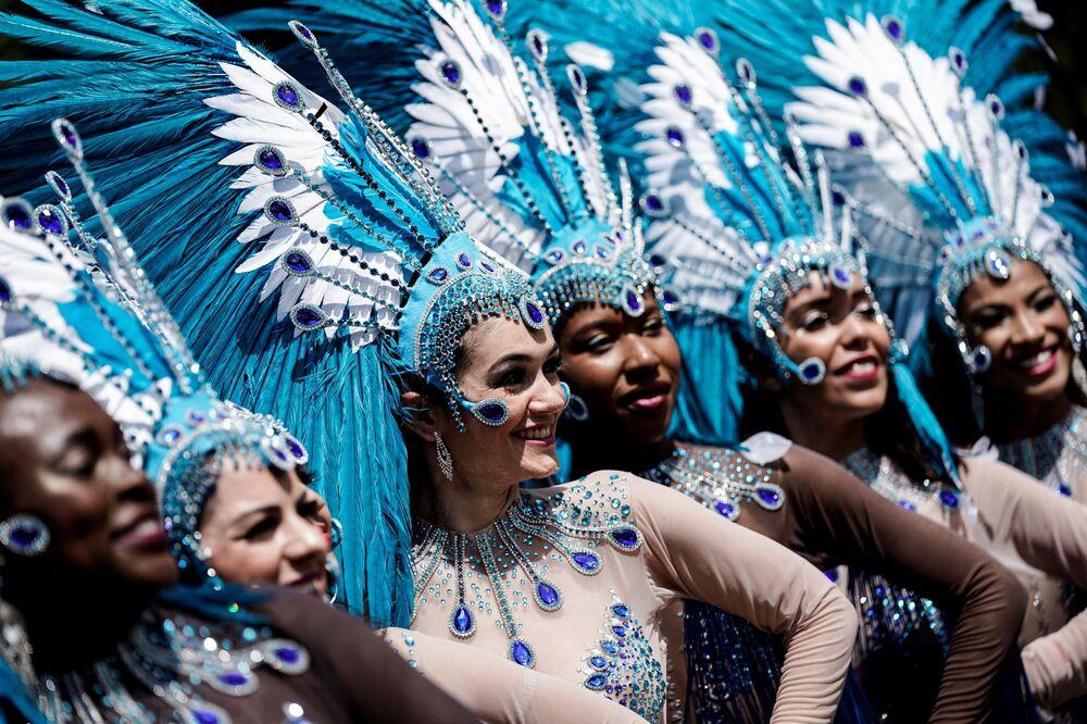 Karnaval öncesi çok hazırlık yapan katılımcılar,  renkli kostümleriyle göz kamaştırıyor.