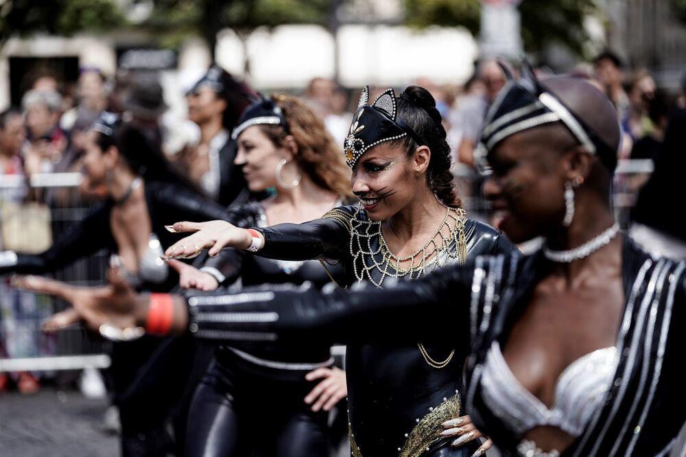 Etkinliğin en önemli kısmını köstümlü katılımcıların yürüyüşü oluşturuyor.