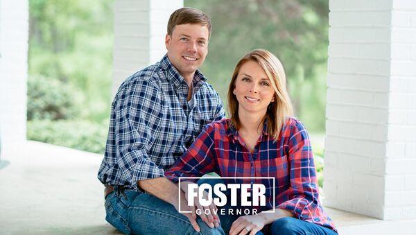 Robert Foster ile eşinin valilik seçimi kampanyası için verdiği poz - Sputnik Türkiye