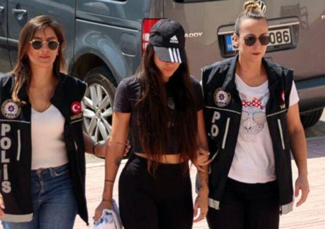 Bodrum'da, 'yerli Kim Kardashian' olarak bilinen sosyal medya fenomeni 25 yaşındaki Pelinsu Meşe, gözaltına alındı. Emniyetteki işlemlerinin ardından adliyeye sevk edilen Meşe, adli kontrol şartıyla serbest bırakıldı.