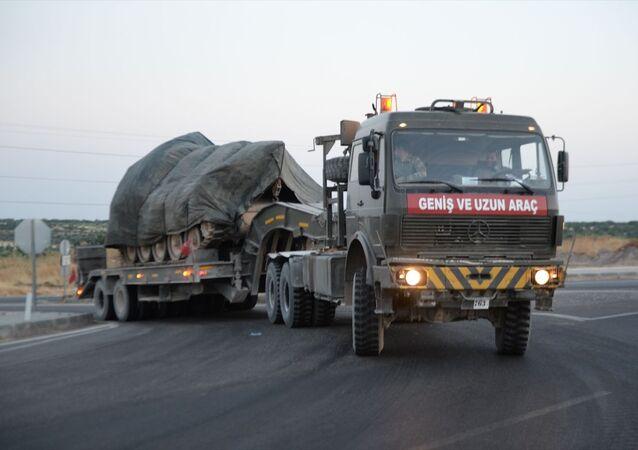 Türk Silahlı Kuvvetleri tarafından Suriye sınırındaki askeri birliklere komando, obüs ve tank takviyesi yapıldı. Farklı bölgelerdeki birliklerden Kilis'e gönderilen ve sınır hattında bekletilen komandoları taşıyan otobüsler ile obüs ve tank yüklü tırlardan oluşan askeri konvoy, Gaziantep istikametine hareket etti.