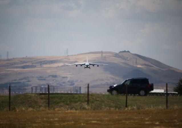 Milli Savunma Bakanlığı, S-400 Uzun Menzilli Bölge Hava ve Füze Savunma Sistemi'nin birinci grup malzemelerinin Mürted Hava Meydanı'na intikalinin bugünden itibaren başladığını açıkladı. Açıklamada, Sözleşme kapsamında S-400 Uzun Menzilli Bölge Hava ve Füze Savunma Sistemi'nin birinci grup malzemelerinin Mürted Hava Meydanı / Ankara'ya intikali 12 Temmuz 2019 tarihinden itibaren başlamıştır ifadesine yer verildi.