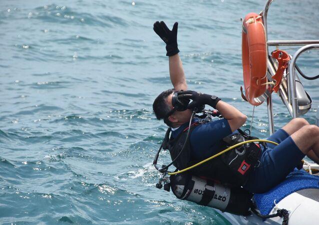 Bakan Pakdemirli denizlerdeki kirliliğe dikkat çekmek için dalış yaptı.