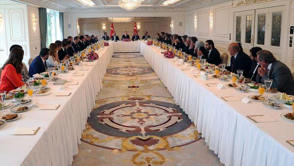 Erdoğan, Vahdettin Köşkü'nde medya yöneticileriyle 3 saatlik dış politika toplantısı gerçekleştirdi. - Sputnik Türkiye