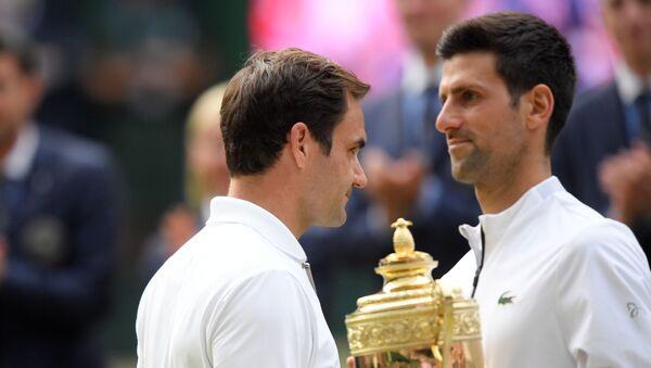 Novak Djokovic (sağda) ile Roger Federer (solda) - Sputnik Türkiye