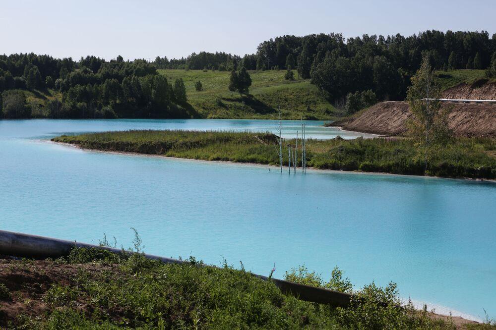 Ancak gölü bizzat elektrik santralinin gereksinimleri için kazıp var eden yetkiler, mevcut ilgiden pek de memnun değil. Öyle ki santralin operatörleri, dolaşan söylentileri bertaraf etmek gayesiyle sosyal medya üzerinden açıklamalarda dahi bulunarak amatör fotoğrafçıları bölgeden uzaklaştırmaya çalıştılar.