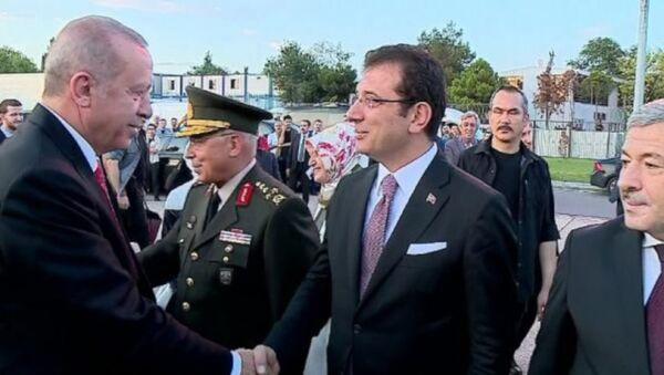 Cumhurbaşkanı Erdoğan'ı karşılayanlar arasında İBB Başkanı Ekrem İmamoğlu da vardı. - Sputnik Türkiye