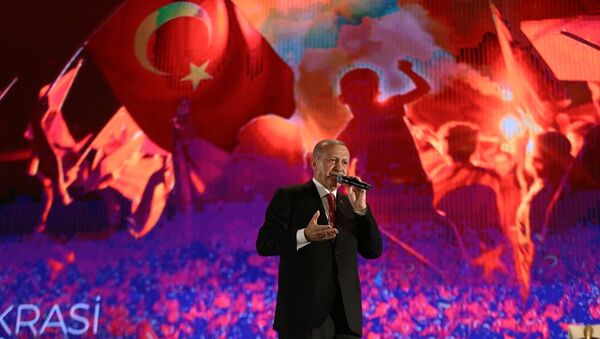 Türkiye Cumhurbaşkanı Recep Tayyip Erdoğan, Cumhurbaşkanlığı İletişim Başkanlığı tarafından 15 Temmuz Demokrasi ve Milli Birlik Günü dolayısıyla Atatürk Havalimanı'nda gerçekleştirilen 15 Temmuz Demokrasi ve Milli Birlik Günü Buluşmasına katılarak vatandaşlara hitap etti. - Sputnik Türkiye