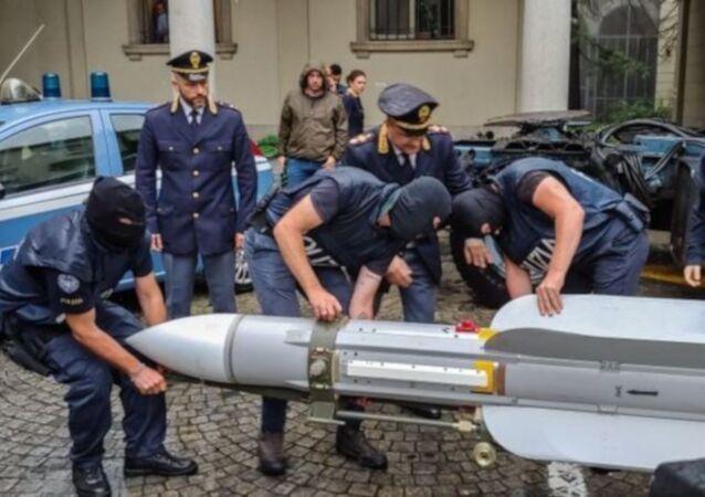 İtalya'da neo-Nazi gruplara operasyon: Füze dahil çok sayıda savaş silahı ele geçirildi
