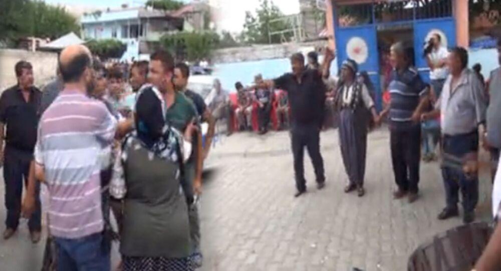 Kahramanmaraş'ta, mahalledeki düğünde komşu iki ailenin fertleri arasında çıkan kavgada, 2'si polis 3 kişi yaralandı. Olayla ilgili 3 kişi gözaltına alınırken, kavganın ardından düğüne davul zurna eşliğinde devam edildi. Kavgaya karışan iki gruptan birkaç kişi, kol kola halay çekip, göbek attı.