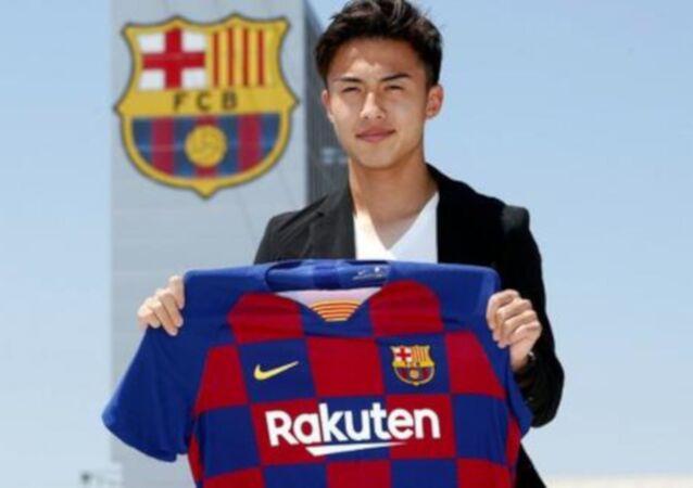İspanya La Liga ekibi Barcelona, Japon forvet oyuncusu Hiroki Abe'yi Kashima Antlers'ten transfer etti.