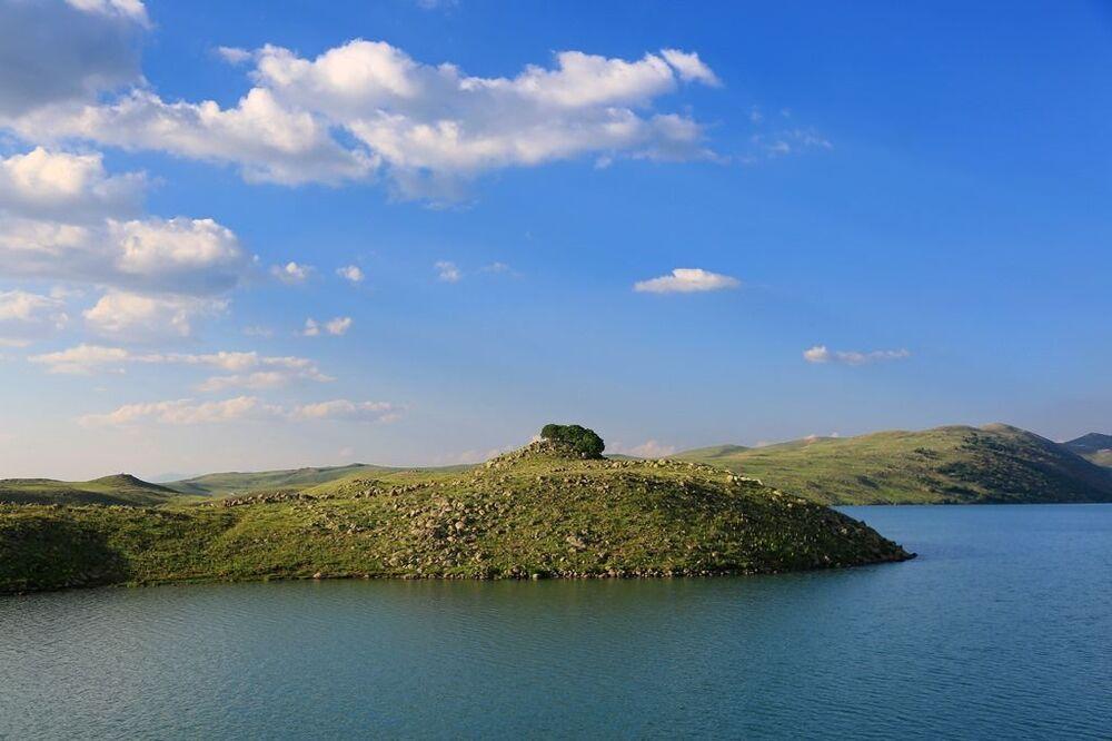 Urartu dönemine ait Kayalıdere, İskender ve Köm Kaleleri ile Karaköy Mağaraları'nın kattığı tarihsel zenginliğin yanında, içme suyu kaynakları ve birçok canlı türünü barındıran Büyük ve Küçük Hamurpet gölleri yüksek dağların arasında doğal yapısı kendine hayran bırakıyor. Aleviler için kutsal olan bu göller aynı zamanda bir ziyaret olarak görülüyor.