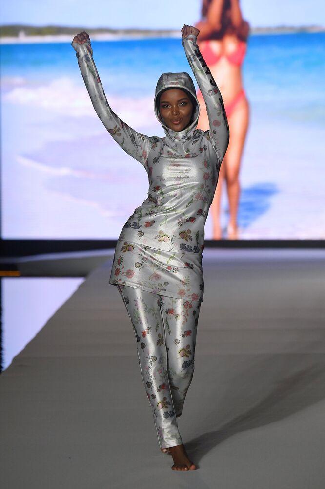 Miami Plaj Modası Haftası'na katılan tesettürlü model Halima Aden.