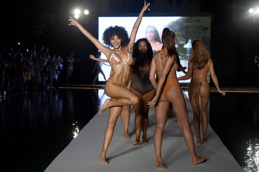Miami'deki defileye katılan modeller.