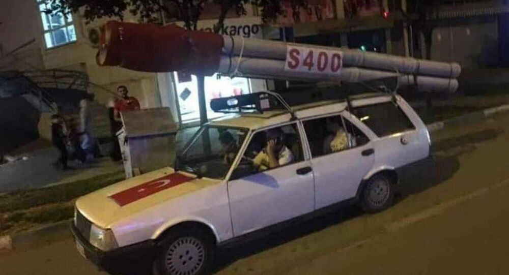 S400 MAKETİYLE BÖYLE DOLAŞTI (BURAK TÜRKER/BURSA-İHA) Bursa'da 15 Temmuz Demokrasi Zaferi konvoyuna aracının üzerine koyduğu S 400 maketiyle katılan vatandaşı görenler gözlerine inanamadı.