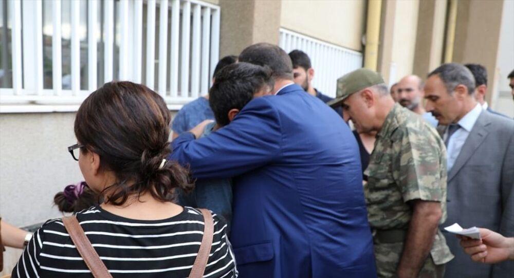 Tunceli'de PKK mensuplarınca araziye önceden yerleştirildiği değerlendirilen patlayıcının infilak etmesi sonucu sevk edildiği Elazığ Fırat Üniversitesi Hastanesi'nde hayatını kaybeden 4 yaşındaki Nupelda Güloğlu'nun cenazesi, memleketine gönderildi. Hastane morgunu ziyaret eden Elazığ Valisi Çetin Oktay Kaldırım (ortada), Güloğlu'nun babası Ekber Güloğlu'na sarılarak baş sağlığı diledi.