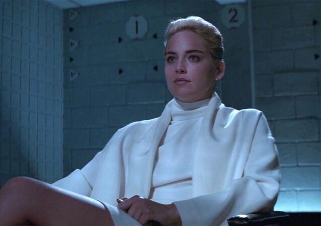 Temel İçgüdü filminin en unutulmaz sahnesindeki kırık beyaz bornoz ceketi ve balıkçı yaka minimal elbisesi ile Sharon Stone'un karakteri akıllara kazınan ve silinmeyecek olan bir görüntüyü oluşturdu. Catherine Tramell rolü ile hem karakter olarak hem de stil olarak büyük bir başarıya imza attı.
